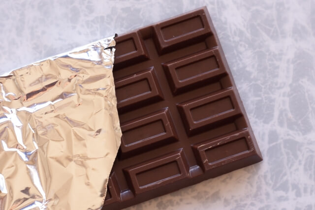 愛犬にチョコを食べさせてはダメなのはナゼ?生活に潜む危険への対処法
